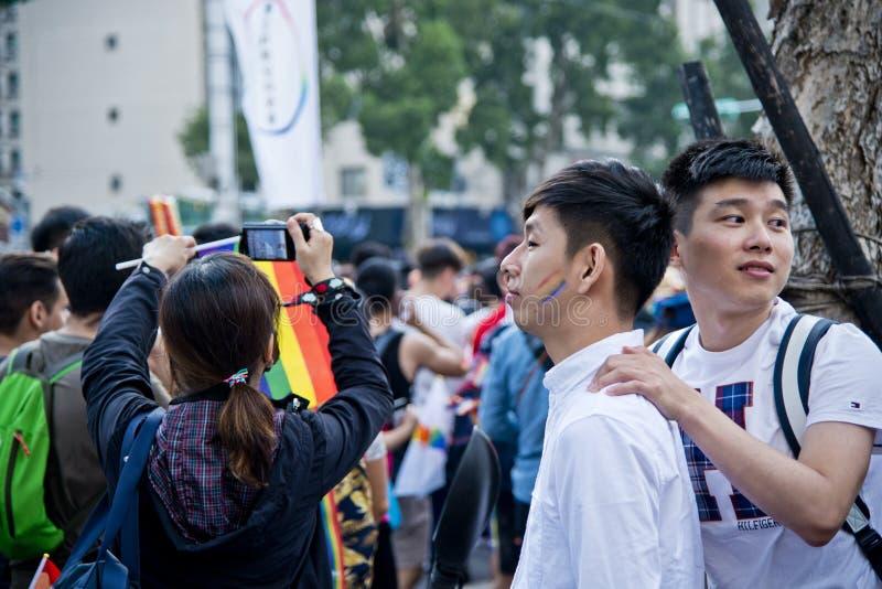 De man zette hand op de andere man'sschouder in de trots van Taipeh LGBTQIA, Taiwan 28 oktober, 2017 stock foto