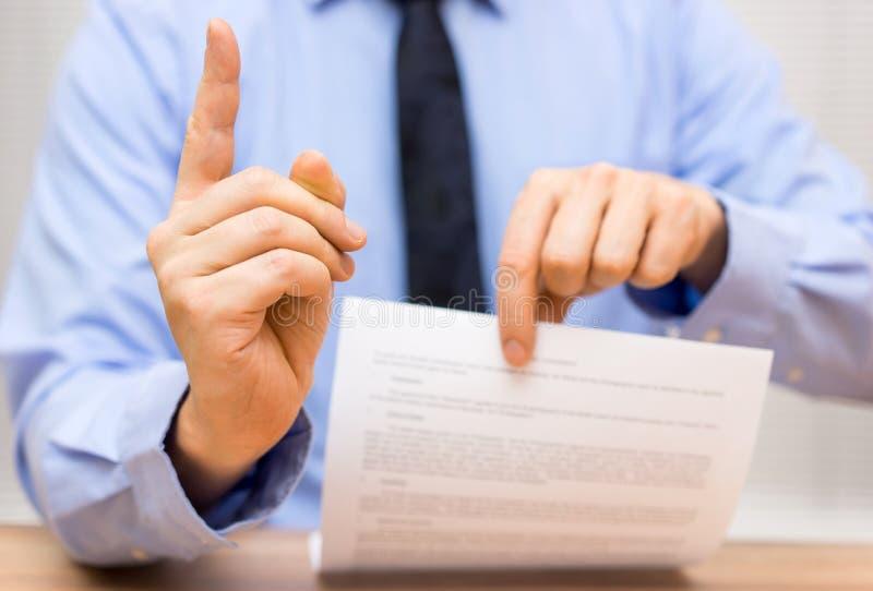 De manager is boos bij een collega toe te schrijven aan slecht document en challen royalty-vrije stock foto