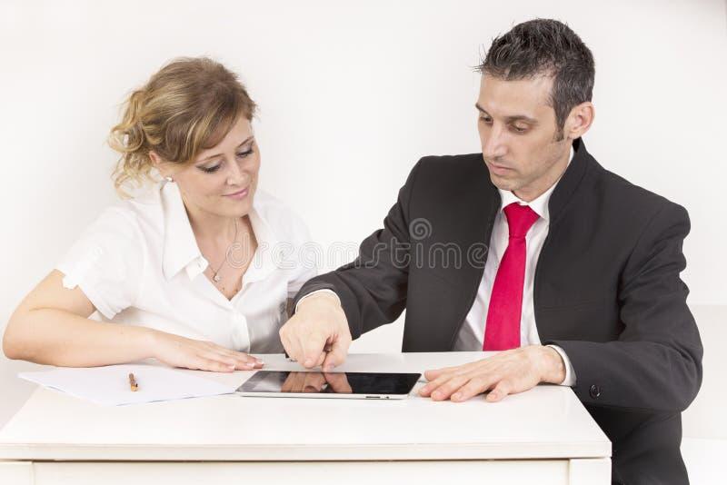 De manager controleert de secretaresse royalty-vrije stock afbeeldingen