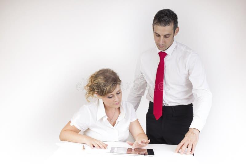 De manager controleert de secretaresse stock foto's