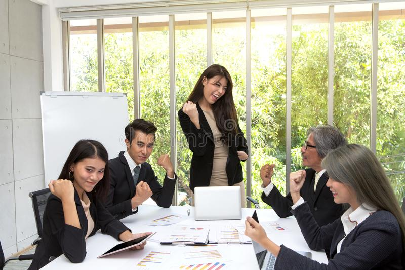 De managers en de commerciële teams tonen succes Team van Aziatische B royalty-vrije stock fotografie