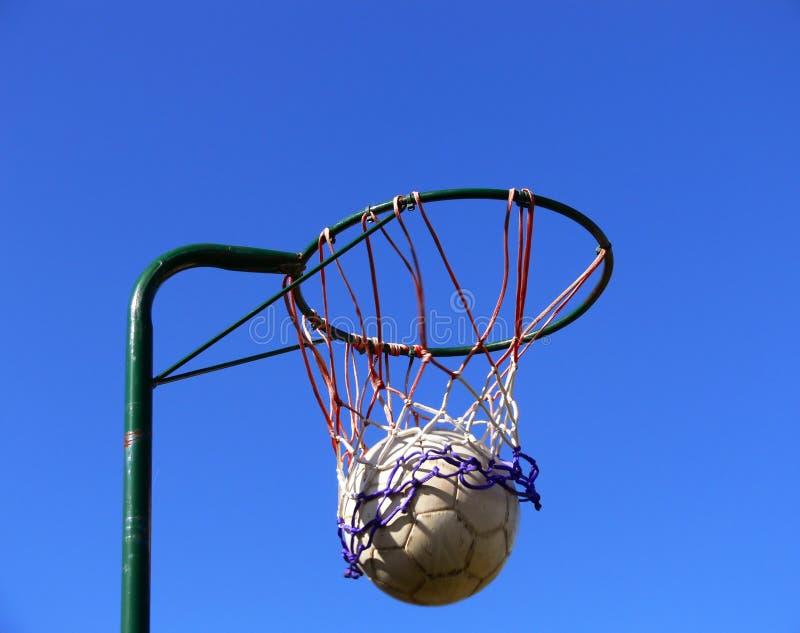 De mand en de bal van het netball royalty-vrije stock fotografie