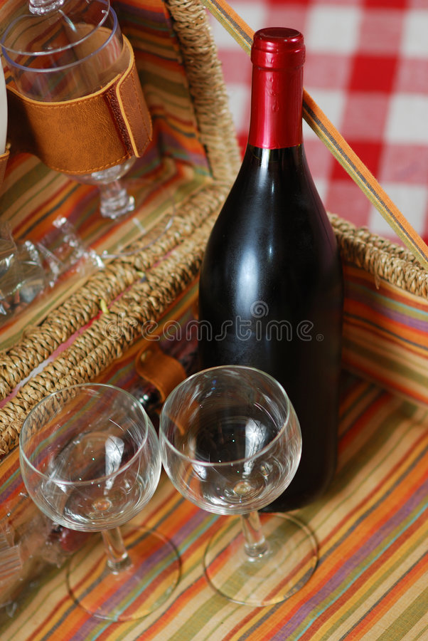De mand van de picknick met wijn royalty-vrije stock afbeeldingen