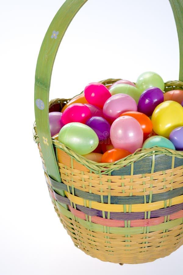 De mand van Holodaypasen met kleurrijke eieren stock foto's