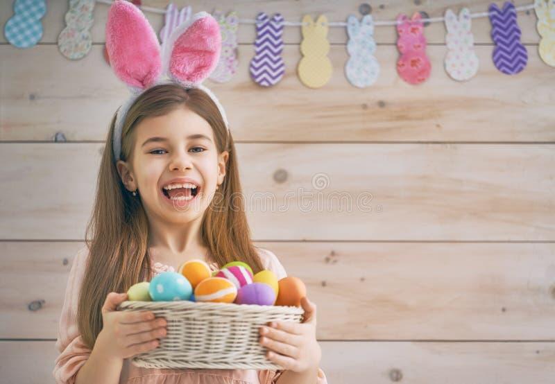 De mand van de meisjesholding met eieren stock foto