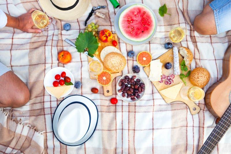 De Mand van de de zomerpicknick op het Groene Gras Het concept van het voedsel en van de drank stock afbeelding