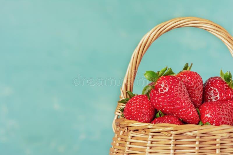 De mand is volledig van heldere rode bessen Vers sappig aardbeienclose-up Heldere de zomerfoto's met plaats voor tekst stock foto's
