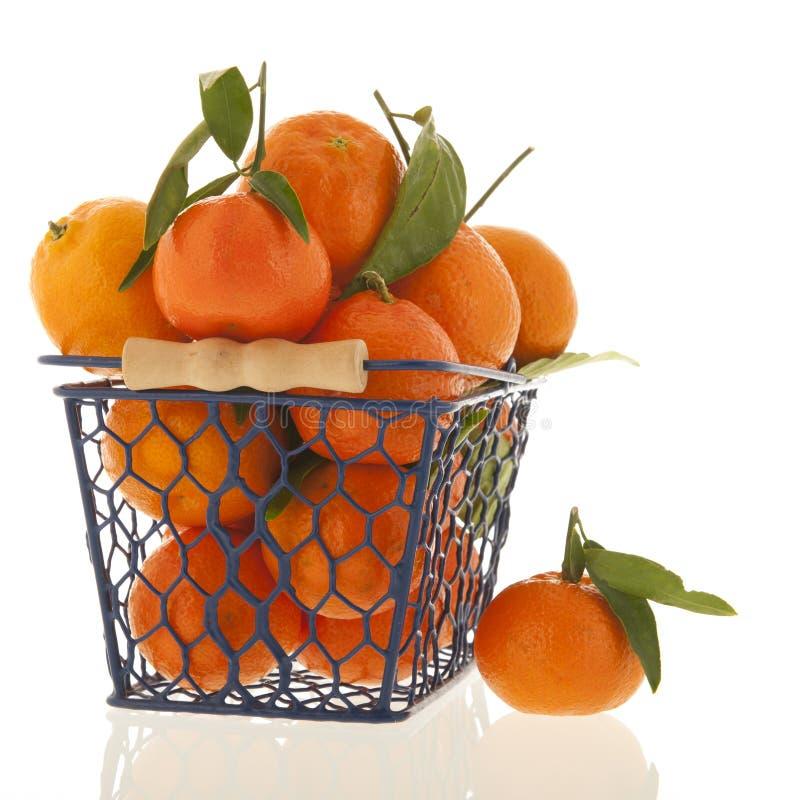 De mandarijnen iin mand solated over witte achtergrond stock foto