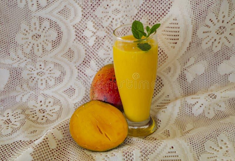 De mango Garnishe van fruitjuice of met Munt royalty-vrije stock afbeelding