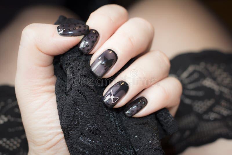 De manicure is gelijkaardig aan zwarte kousen stock foto's