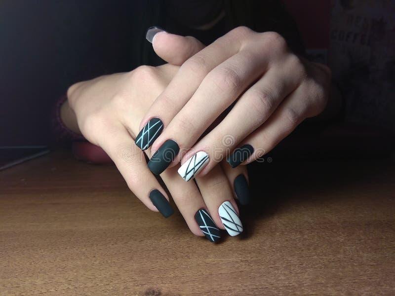 De manicure maakte uitstekend tot haar werk een mooie manicure met een poetsmiddelgel op haar handen en de cliënt is gelukkig royalty-vrije stock foto's