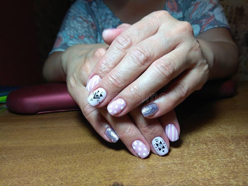 De manicure maakte uitstekend tot haar werk een mooie manicure met een poetsmiddelgel op haar handen en de cliënt is gelukkig royalty-vrije stock afbeeldingen