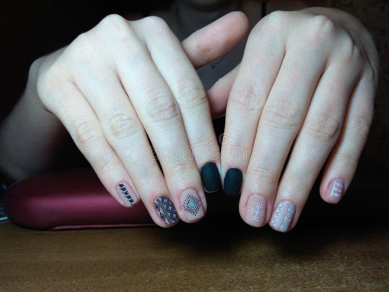 De manicure maakte uitstekend tot haar werk een mooie manicure met een poetsmiddelgel op haar handen en de cliënt is gelukkig stock afbeeldingen