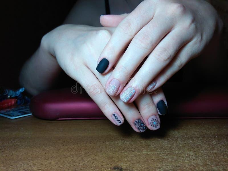 De manicure maakte uitstekend tot haar werk een mooie manicure met een poetsmiddelgel op haar handen en de cliënt is gelukkig royalty-vrije stock afbeelding