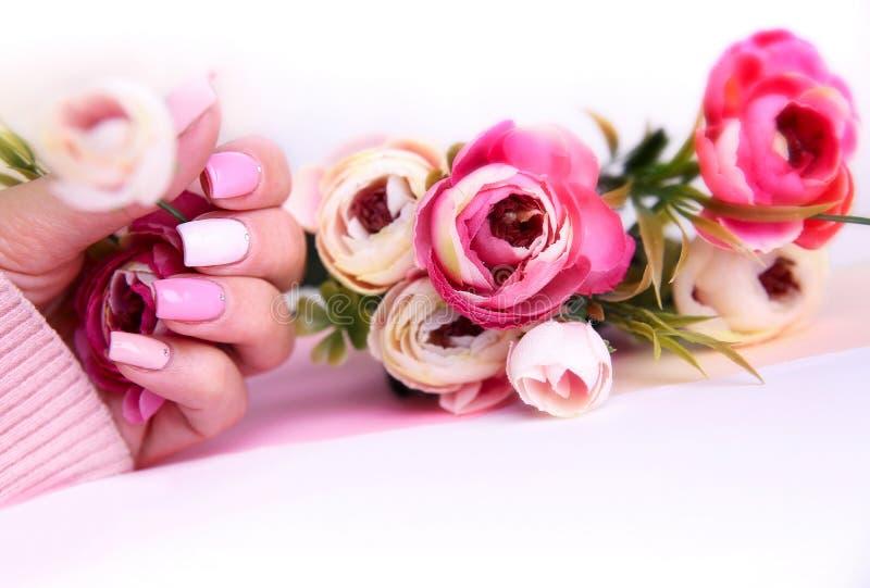 De manicure van het spijkerontwerp met bloemen wordt verfraaid die stock foto