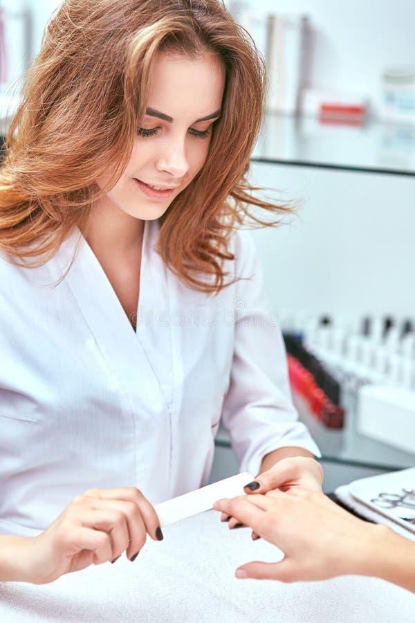 De manicure van vrouwen, nagelvijl, handzorg royalty-vrije stock afbeeldingen