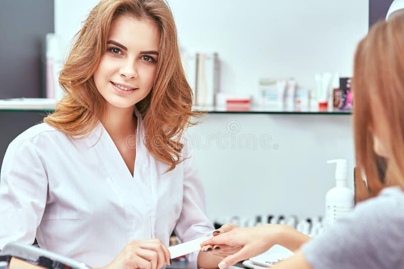 De manicure van vrouwen, nagelvijl, handzorg stock afbeelding