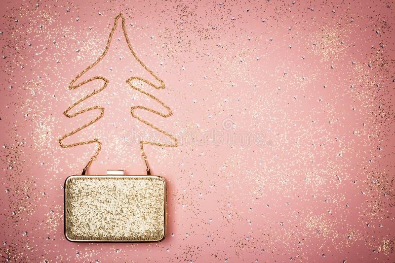De manier en schittert Kerstmisdecor op roze achtergrond stock fotografie