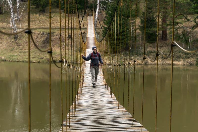 De manier over de hangende brug over de de lenterivier royalty-vrije stock afbeeldingen