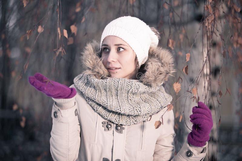 De Manier van de de winterschoonheid Het blije gezichtsmeisje gesturing royalty-vrije stock afbeeldingen