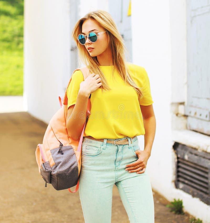 De manier van de de zomerstraat, modieus hipstermeisje in zonnebril stock afbeelding