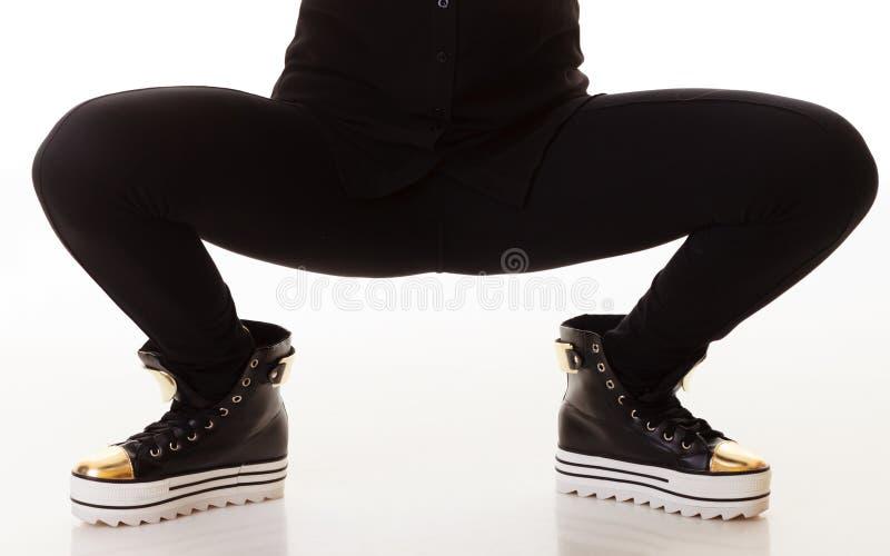 De Manier van de tiener Vrouwelijke benen in tennisschoenen royalty-vrije stock foto