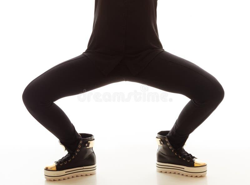 De Manier van de tiener Vrouwelijke benen in tennisschoenen stock foto