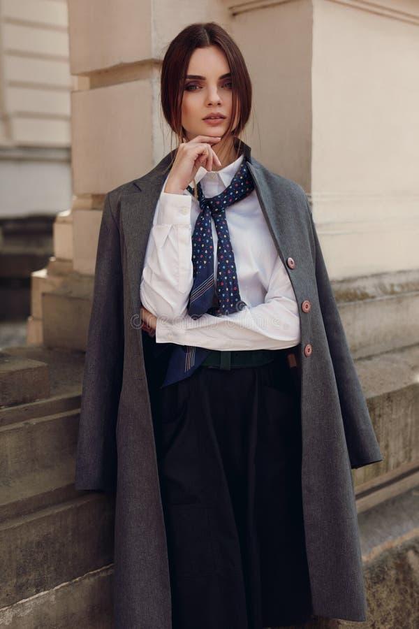 De Manier van de vrouwendaling Mooi Modelin fashion clothes in Straat stock foto