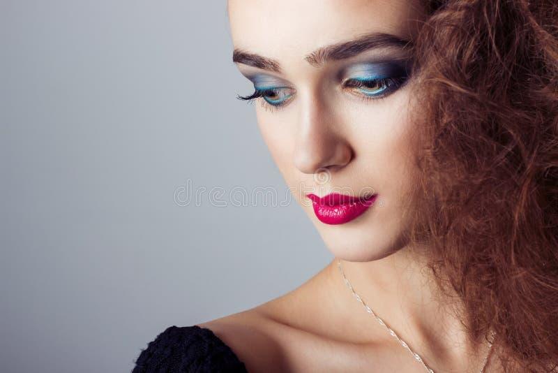 De manier vangt mooi helder meisje met heldere make-up, portretclose-up royalty-vrije stock afbeeldingen