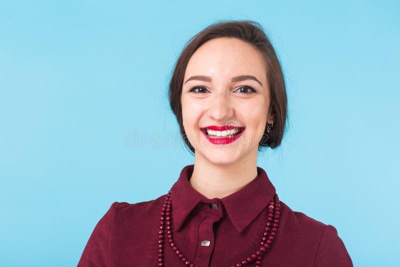 De manier vrouwelijk portret van de schoonheid Glimlachende jonge vrouw op blauwe muurachtergrond royalty-vrije stock foto's