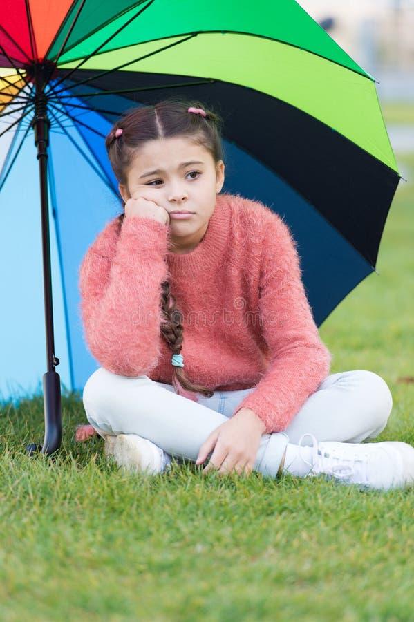 De manieren helderen uw dalingsstemming op Kleurrijke toebehoren voor vrolijke stemming Het lange haar van het meisjeskind droevi stock foto