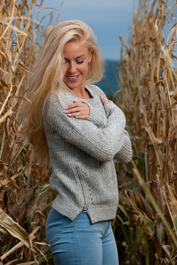 De manierfoto van de blogstijl van leuke blonde vrouw op graangebied in de recente herfst stock afbeelding