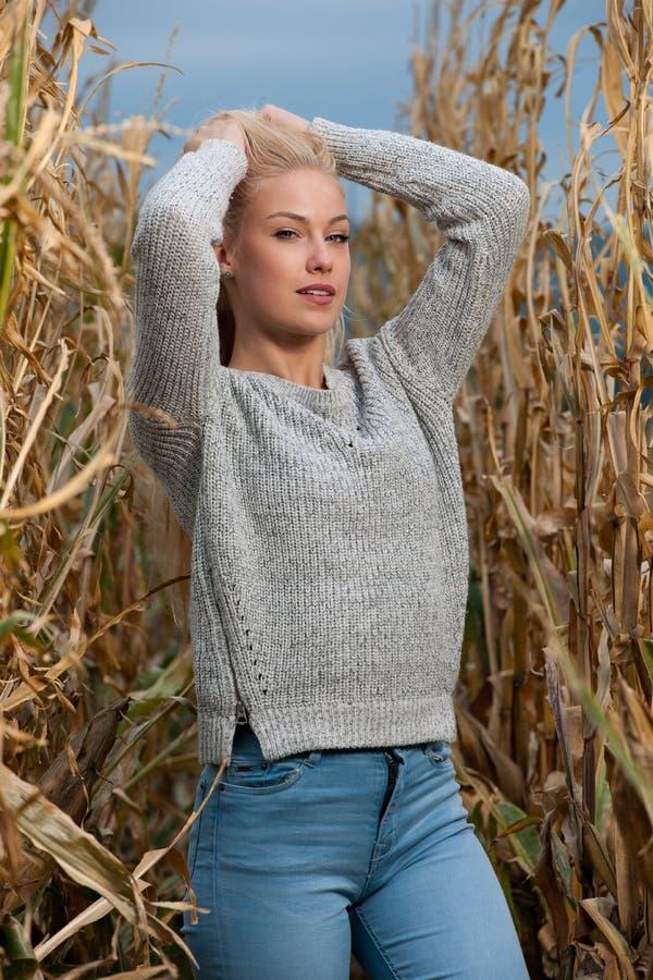 De manierfoto van de blogstijl van leuke blonde vrouw op graangebied in de recente herfst royalty-vrije stock afbeelding
