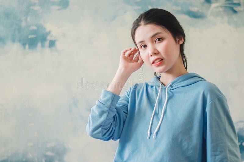 De manierfoto van een mooie jonge vrouw die moderne sporten dragen kleedt het stellen over kleurrijke achtergrond De foto van de  royalty-vrije stock fotografie
