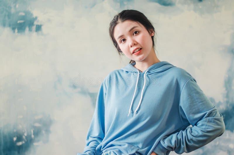De manierfoto van een mooie jonge vrouw die moderne sporten dragen kleedt het stellen over kleurrijke achtergrond De foto van de  royalty-vrije stock foto