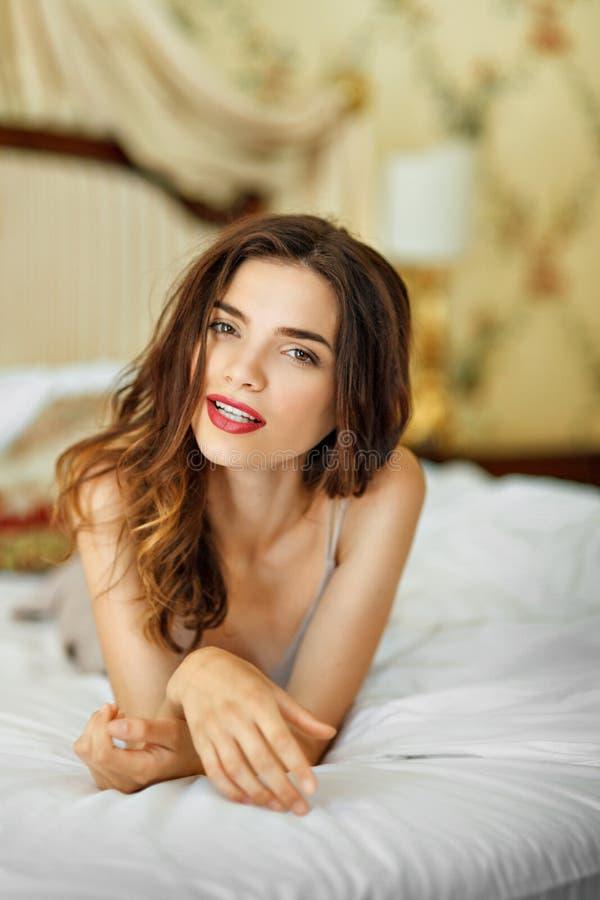 De manierfoto van het kunstboudoir van mooie vrouw royalty-vrije stock fotografie