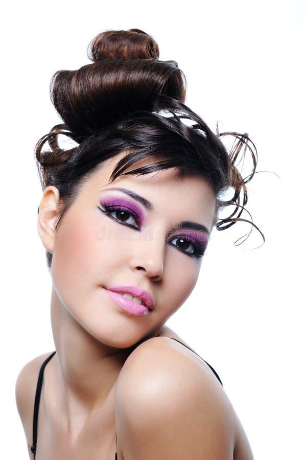De manierkapsel van de vrouw en heldere violette samenstelling stock afbeelding