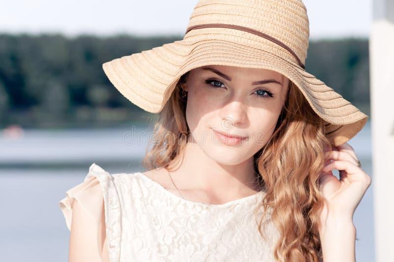 De manierportret die van de de zomer zonnig levensstijl van het jonge modieuze hipstervrouw lopen op park in openlucht, leuke in  royalty-vrije stock fotografie