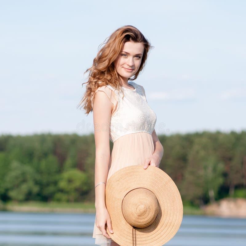 De manierportret die van de de zomer zonnig levensstijl van het jonge modieuze hipstervrouw lopen op park in openlucht, leuke in  stock afbeelding