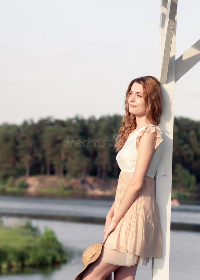 De manierportret die van de de zomer zonnig levensstijl van het jonge modieuze hipstervrouw lopen op park in openlucht, leuke in  stock afbeeldingen