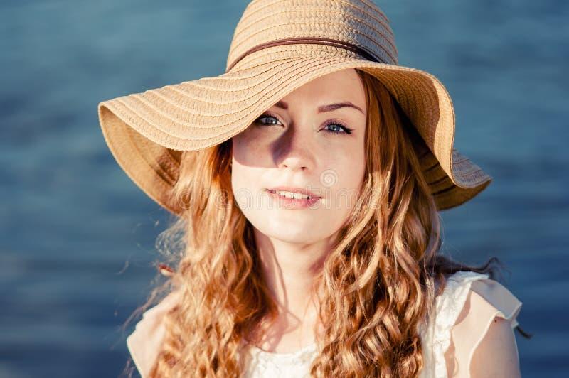 De manierportret die van de de zomer zonnig levensstijl van het jonge modieuze hipstervrouw lopen op park in openlucht, leuke in  royalty-vrije stock afbeelding