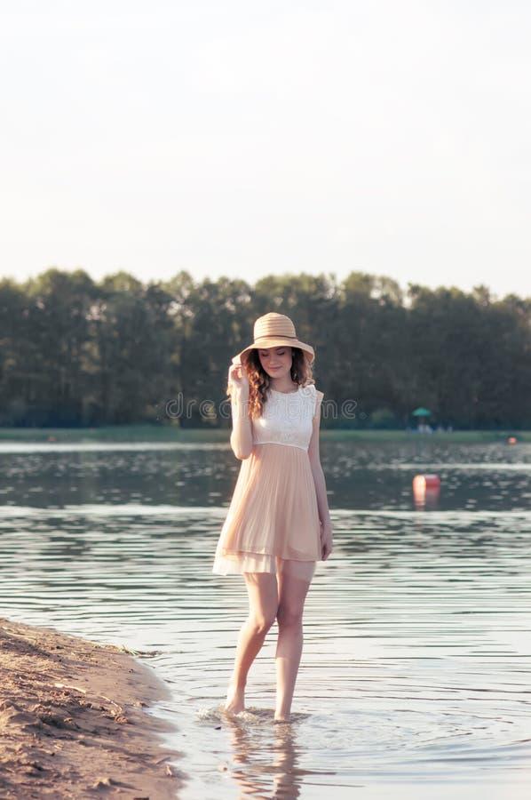 De manierportret die van de de zomer zonnig levensstijl van het jonge modieuze hipstervrouw lopen op park in openlucht, leuke in  royalty-vrije stock foto