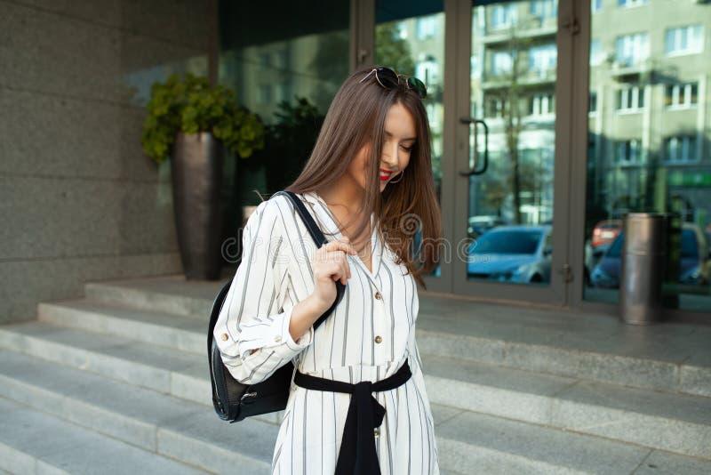 De manierportret die van de de zomer zonnig levensstijl van het jonge modieuze hipstervrouw lopen op de straat, leuke in uitrusti stock fotografie