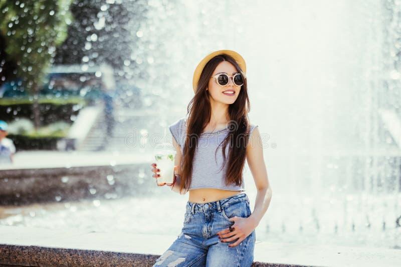 De manierportret van de de zomer zonnig levensstijl van het jonge modieuze hipstervrouw lopen op de straat, die leuke in uitrusti royalty-vrije stock fotografie