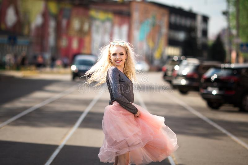 De manierportret van de de zomerlevensstijl van het jonge modieuze hipstervrouw lopen op de straat stock afbeelding