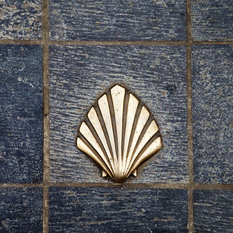 De maniershell van heilige James gouden metaal op straten royalty-vrije stock foto