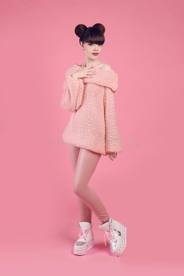 De maniertiener kijkt stijl in laarsschoenen Modieus jong meisjesdr. stock foto