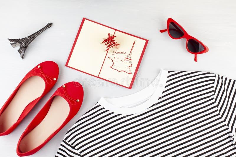 De maniervlakte legt met Franse stijlmeisjes stedelijke uitrusting met t-shirt, ballerinaschoenen, zonnebril en jeans royalty-vrije stock afbeeldingen