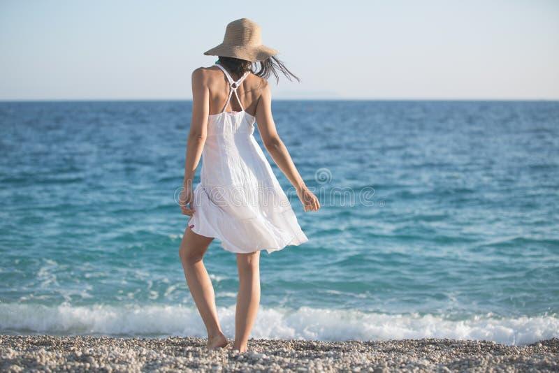 De maniervrouw die van het de zomerstrand van de zomer en zon genieten Concept de zomergevoel, geluk stock afbeeldingen