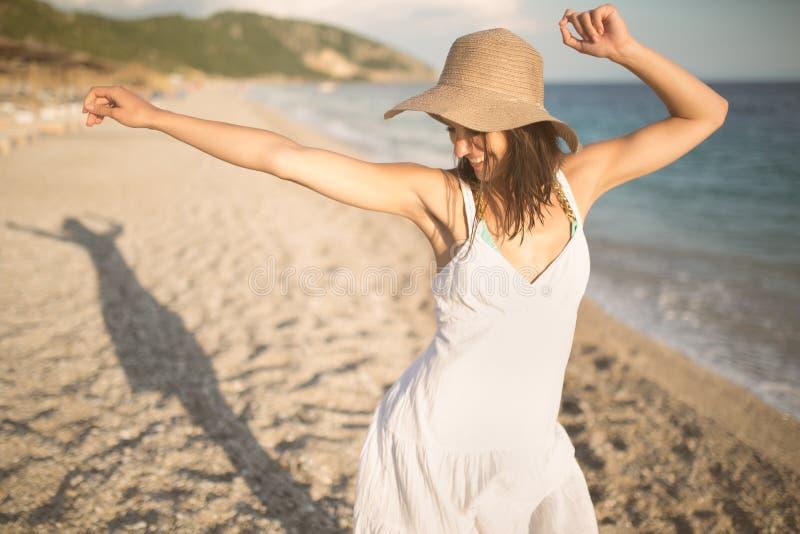 De maniervrouw die van het de zomerstrand van de zomer en zon genieten Concept de zomergevoel, geluk stock afbeelding